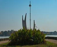 Closeupsikt på monumentet på strandpromenaden av Palic sjön, Serbien royaltyfri fotografi