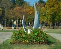 Closeupsikt på monumentet på strandpromenaden av Palic sjön, Serbien royaltyfria bilder