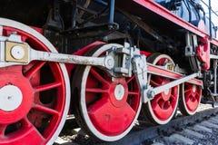 Closeupsikten av ångalokomotivet rullar, drev, stänger, sammanlänkningar och Arkivfoto