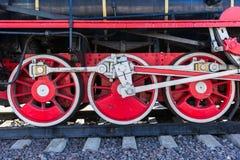 Closeupsikten av ångalokomotivet rullar, drev, stänger, sammanlänkningar och Arkivfoton