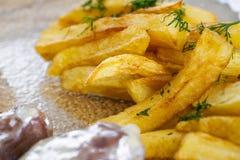 Closeupsikten av fransmannen steker med det grillade kalvköttet som tjänas som med sås Läcker potatis med grönska på suddig bakgr arkivbilder