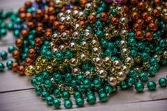 Closeupsikten Mardi Gras pryder med pärlor New Orleans beröm av feta tisdag royaltyfri foto