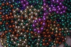 CloseupsiktsMardi Gras pärlor för New Orleans beröm royaltyfria bilder