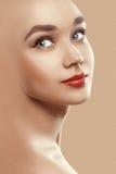 Closeupskönhetstående av den attraktiva modellframsidan   fotografering för bildbyråer
