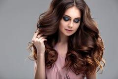 Closeupskönhetstående av den unga kvinnan med den naturliga makeup och frisyren Fotografering för Bildbyråer