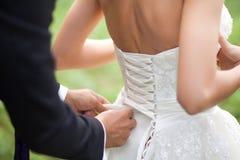 Closeupskott av brudgums händer Royaltyfri Foto