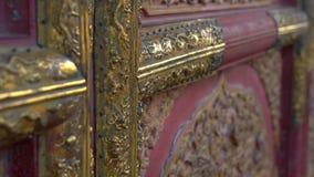 Closeupskott av de forntida dörrarna i en inre del av Forbiddenet City - forntida slott av Kina kejsare stock video