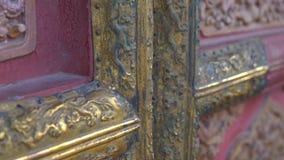 Closeupskott av de forntida dörrarna i en inre del av Forbiddenet City - forntida slott av Kina kejsare arkivfilmer