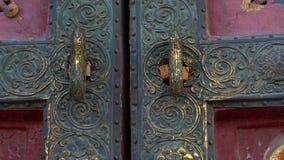 Closeupskott av de forntida dörrarna i en inre del av Forbiddenet City - forntida slott av Kina kejsare lager videofilmer