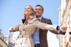 Closeupskott av par som ler och rymmer händer Royaltyfri Foto