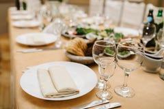 Closeupskott av tomma vinexponeringsglas på tabellen Fotografering för Bildbyråer
