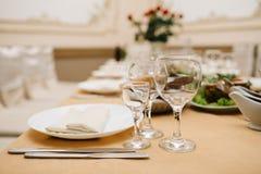 Closeupskott av tomma vinexponeringsglas på tabellen Royaltyfria Foton