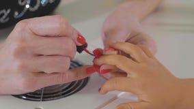 Closeupskottet av applicera för kosmetolog spikar polermedel för att lura ` s spikar i en spikasalong lager videofilmer