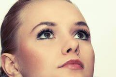 Closeupskottet av kvinnan synar med makeup Arkivbild