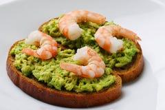 Closeupsmörgås med avokadoguacomole och srimp på vit bakgrund fotografering för bildbyråer