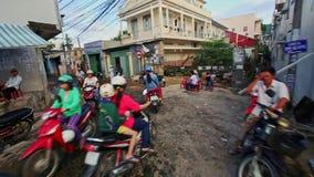 Closeupsparkcykeldrev längs smutsiga smala gator i morgon stock video