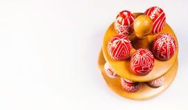 Closeupställning för ägg med röda ägg för påsk med den folk vita modellen och, som står på vit bakgrund Top beskådar Ukrainsk tra Fotografering för Bildbyråer