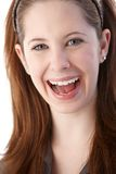 Closeupstående av att le den unga gingerishkvinnan Arkivbild
