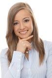 Closeupstående av att le den unga kvinnan Arkivfoto