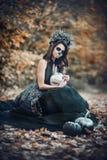 Closeupstående av Calavera Catrina i svart klänning Sockerskallemakeup de diameter los muertos död dag halloween arkivbilder