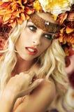 Closeupstående av damen med den utmärkta kransen Royaltyfri Foto