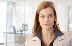 Closeupstående av den attraktiva affärskvinnan Arkivbild