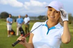 Closeupstående av den attraktiva kvinnliga golfaren arkivfoton