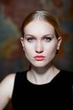 Closeupstående av den beslutsamma nordiska kvinnan Arkivfoton