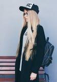 Closeupstående av den blonda flickan med lång frisyr Hipster insagramstil Hon bär den svarta moderiktiga klänningen, exponeringsg Royaltyfria Foton