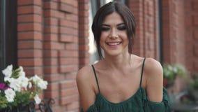 Closeupstående av den charmiga flickan med den aftonmakeup och frisyren attraktiv ung kvinna som ler och poserar för stock video
