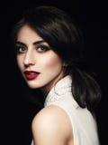 Closeupstående av den eleganta unga kvinnan över mörk bakgrund Royaltyfria Foton