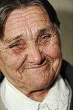 Closeupstående av den gammalare lyckliga kvinnan Royaltyfri Bild
