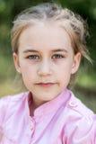 Closeupstående av den gulliga litet barnflickan royaltyfria foton