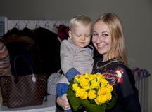 Closeupstående av den härliga barnmodern med sonen royaltyfri fotografi