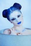 Closeupstående av den härliga damen i blått Arkivbild
