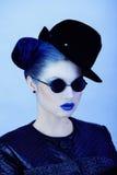 Closeupstående av den härliga damen i blått Fotografering för Bildbyråer
