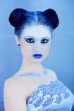 Closeupstående av den härliga damen i blått Arkivbilder