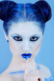 Closeupstående av den härliga damen i blått Royaltyfri Foto