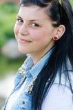 Closeupstående av den härliga flickan för ung brunettkvinna som bekläs i jeansskjortan som har den roliga lyckliga le & seende ka Royaltyfria Bilder