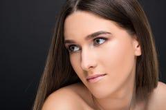 Closeupstående av den härliga kvinnliga modellkvinnan arkivbild