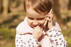 Closeupstående av den härliga lyckliga flickan för litet barn som talar på royaltyfria foton