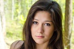 Closeupstående av den härliga ung flicka royaltyfria bilder