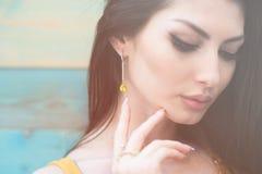 Closeupstående av den härliga unga caucasian kvinnan med örhänget och cirkeln Royaltyfri Fotografi