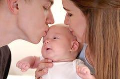 Closeupstående av den härliga unga familjen med nyfött fotografering för bildbyråer