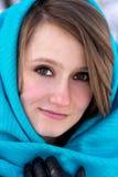 Closeupstående av den härliga unga flickan i vinterdag Royaltyfri Foto