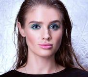 Closeupstående av den härliga unga kvinnan med vått hår Ljusa kanter Royaltyfria Bilder