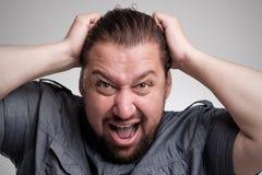 Closeupstående av den ilskna frustrerade mannen som ut drar hans hår Negativa mänskliga sinnesrörelser och ansiktsuttryck Arkivfoto