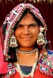 Closeupstående av den indiska stam- Banjara kvinnan royaltyfri foto