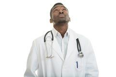 Closeupstående av den korkade svarta doktorshälsovårdprofessionelln, med stetoskopet Royaltyfria Bilder