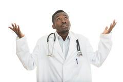 Closeupstående av den korkade svarta doktorshälsovårdprofessionelln, med stetoskopet Arkivbilder